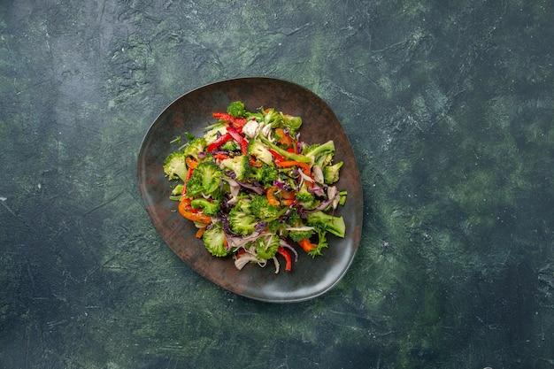 Bovenaanzicht groentesalade bestaat uit paprika, kool en broccoli op donkere achtergrond voedsel vakantie verse maaltijd gezondheid dieet rijp