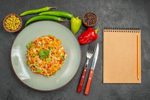 Bovenaanzicht groentesalade met paprika's op het grijze dieet voor gezondheidssalades