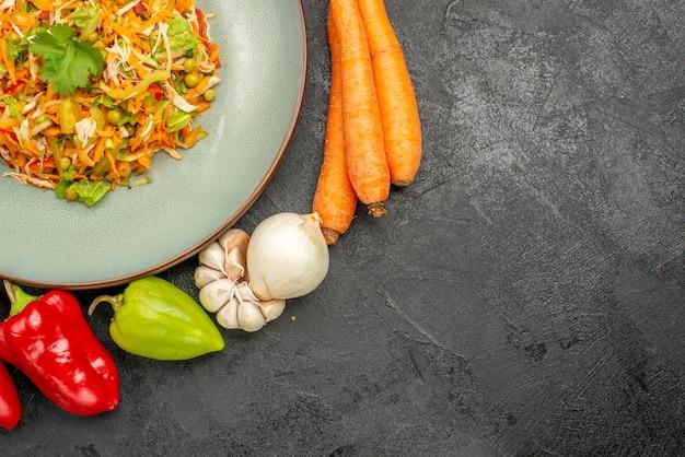 Bovenaanzicht groentesalade met verse groenten op grijze dieetvoedselsalade gezondheid