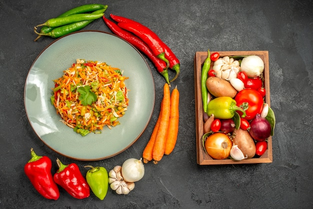 Bovenaanzicht groentesalade met verse groenten op grijze gezondheidsdieetsalade