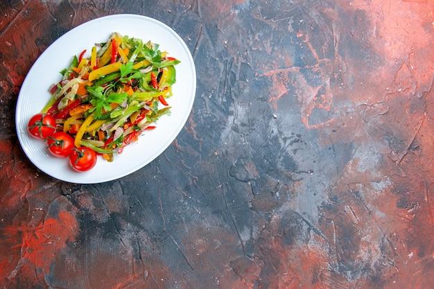 Bovenaanzicht groentesalade op ovale plaat op donkere tafel kopie plaats