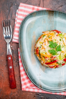 Bovenaanzicht groentesalade ronde binnenplaat op de donkere tafel