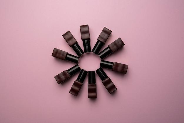 Bovenaanzicht groep gel poetsmiddelen op een roze achtergrond