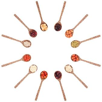 Bovenaanzicht groep van verschillende soorten gedroogde vruchten op een houten lepel geïsoleerd op een witte achtergrond.