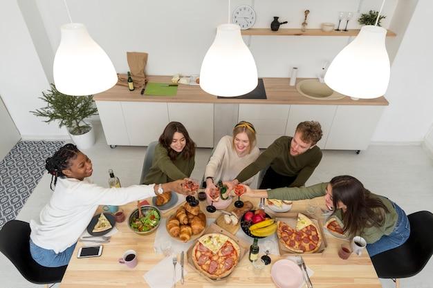 Bovenaanzicht groep vrienden lunchen