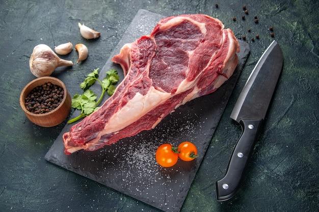 Bovenaanzicht grote vleesplak rauw vlees op donkere ondergrond