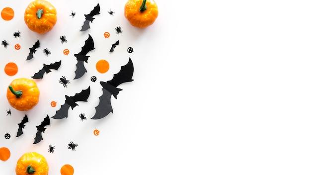 Bovenaanzicht halloween concept met pompoenen en vleermuizen