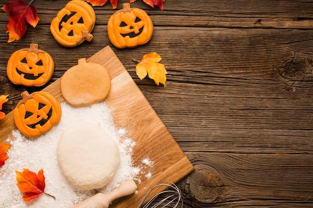 Bovenaanzicht halloween partij stickers en deeg