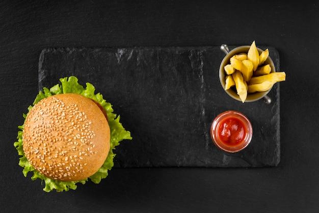 Bovenaanzicht hamburger en frietjes met ketchup