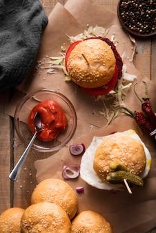 Bovenaanzicht hamburger maaltijd arrangement