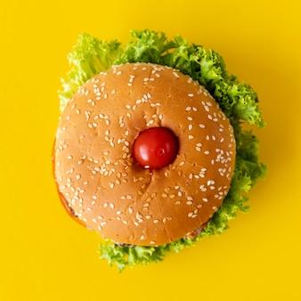 Bovenaanzicht hamburger met gele achtergrond