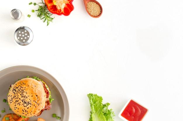 Bovenaanzicht hamburger met kopie-ruimte