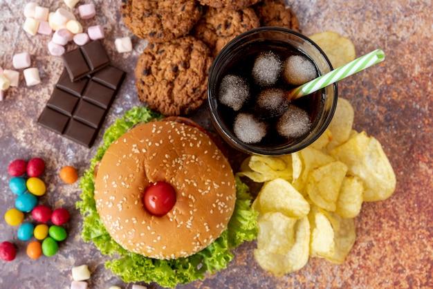 Bovenaanzicht hamburger met snacks