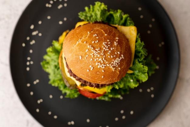 Bovenaanzicht hamburger op een bord