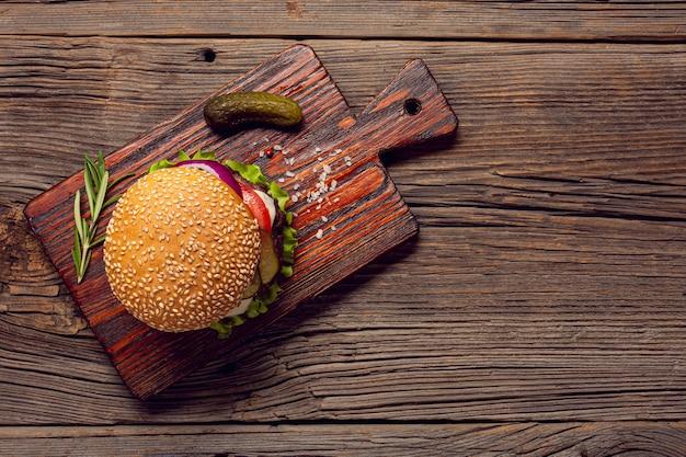 Bovenaanzicht hamburger op een snijplank