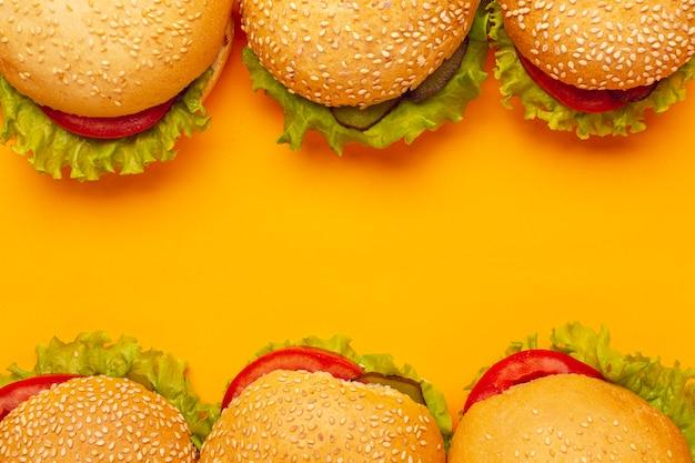 Bovenaanzicht hamburgers met kopie ruimte