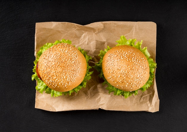 Bovenaanzicht hamburgers op papier