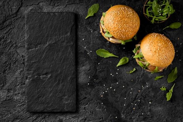 Bovenaanzicht hamburgers op toonbank met kopie-ruimte