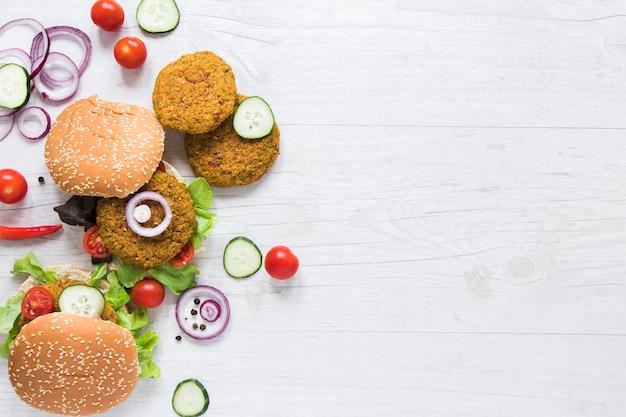 Bovenaanzicht hamburgers voor veganisten met kopie ruimte