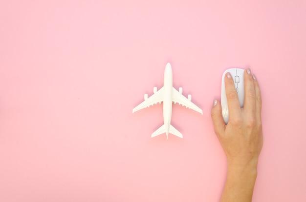 Bovenaanzicht hand met muis en vliegtuig