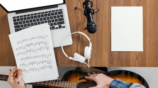 Bovenaanzicht hand met muziek