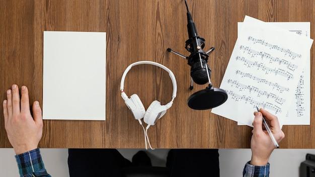 Bovenaanzicht hand schrijven van muziek