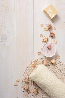 Bovenaanzicht handdoek met geparfumeerde producten