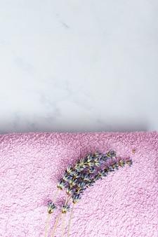 Bovenaanzicht handdoek met lavendel aan