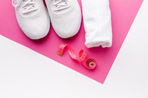 Bovenaanzicht handdoek sneakers en meter