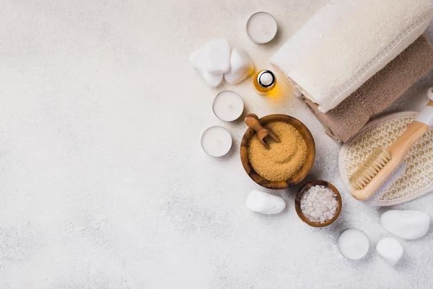 Bovenaanzicht handdoeken met stenen en kaarsen