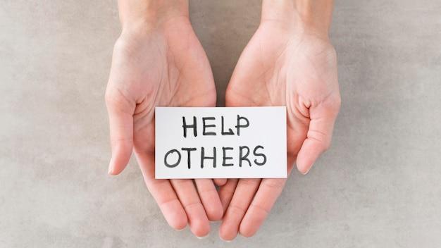 Bovenaanzicht handen met humanitair teken
