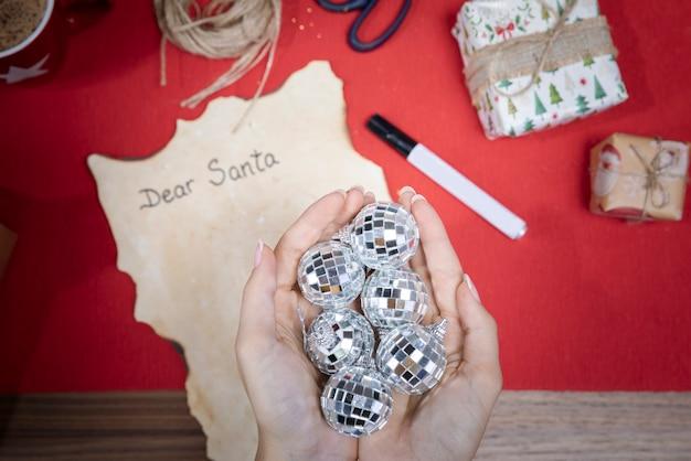 Bovenaanzicht handen met kerstbollen