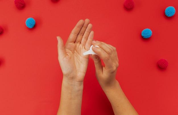 Bovenaanzicht handen met ontsmettingsmiddel