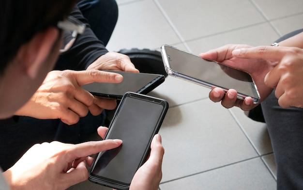 Bovenaanzicht handen mobiel gebruiken