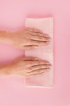 Bovenaanzicht handen op handdoek