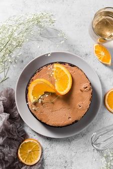 Bovenaanzicht handgemaakte cake met stukjes sinaasappel bovenop