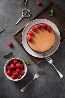 Bovenaanzicht handgemaakte heerlijke cake met bessen