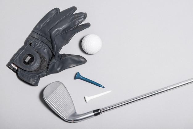 Bovenaanzicht handschoen en golfuitrusting