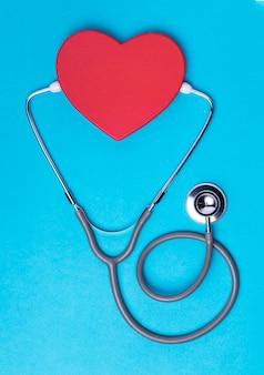 Bovenaanzicht hart met medische stethoscoop