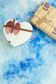 Bovenaanzicht hartvormige doos geschenkspiraal op blauwe achtergrond kopie plaats