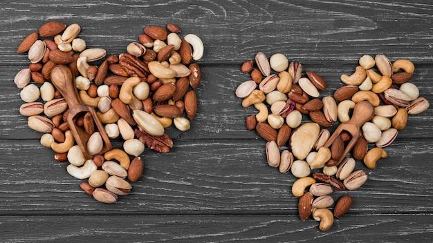 Bovenaanzicht hartvormige vormen gemaakt van noten