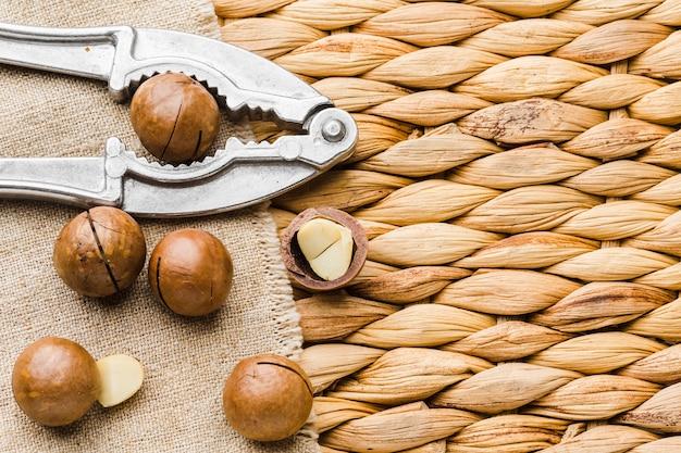 Bovenaanzicht hazelnoten met notenkraker