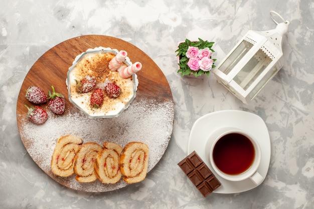 Bovenaanzicht heerlijk aardbeidessert met zoete fruitrolletjes op witte ruimte