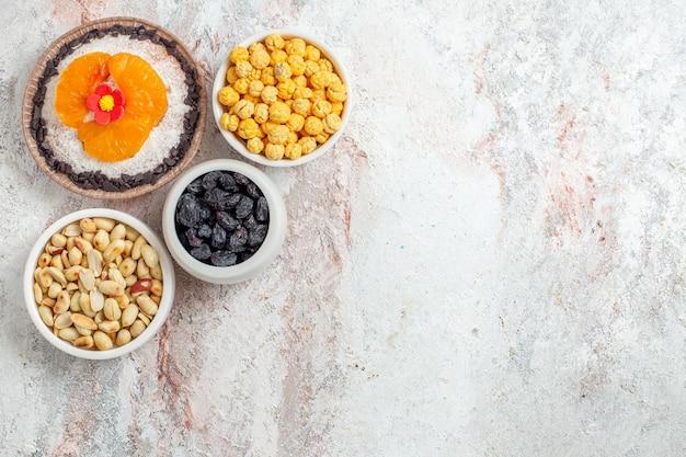 Bovenaanzicht heerlijk chocoladedessert met noten en rozijnen op witte achtergrond noot dessert zoete room