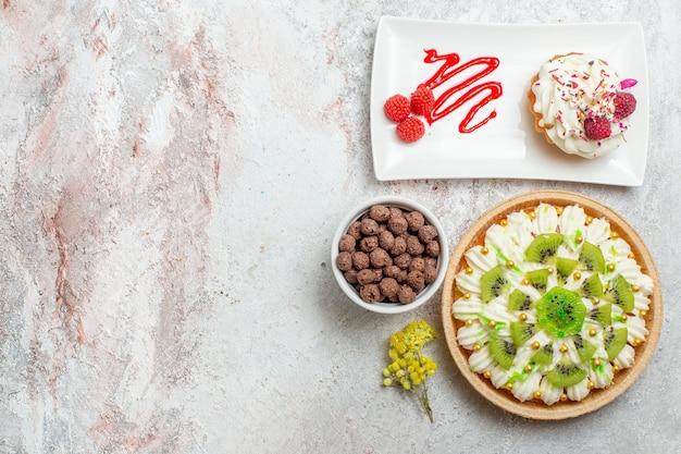 Bovenaanzicht heerlijk dessert met kiwi's op witte achtergrond dessertkoekje sweet