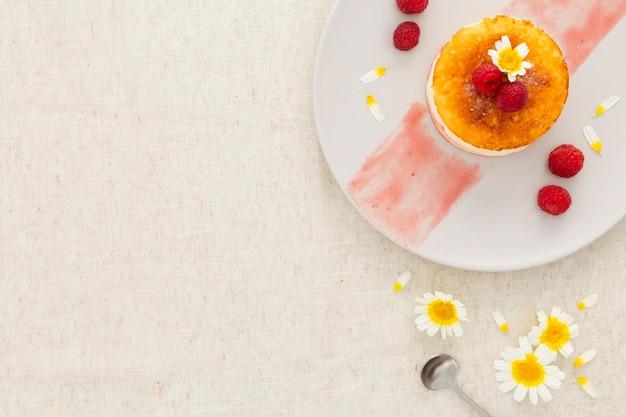 Bovenaanzicht heerlijk dessert met kopie ruimte