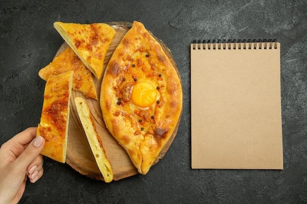 Bovenaanzicht heerlijk ei brood gebakken gesneden op een grijze ruimte