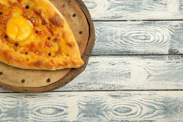 Bovenaanzicht heerlijk ei brood gebakken op een rustieke grijze vloer brood eten bakken deeg ontbijt