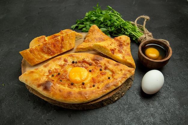 Bovenaanzicht heerlijk eierbrood gebakken met groenen op een grijze ruimte