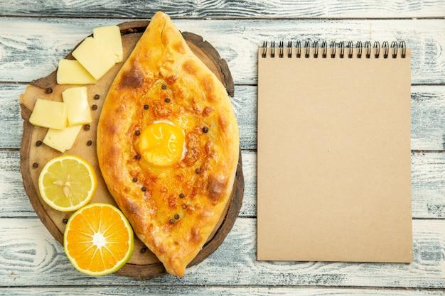 Bovenaanzicht heerlijk eierbrood gebakken met kaas op rustiek bureau
